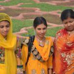 Indiase vrouwen tijdens parkwandeling